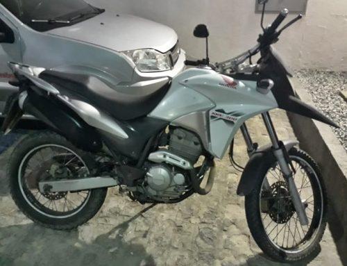 Policiais militares do Batalhão de Choque recuperam motocicleta roubada no Bairro Santos Dumont