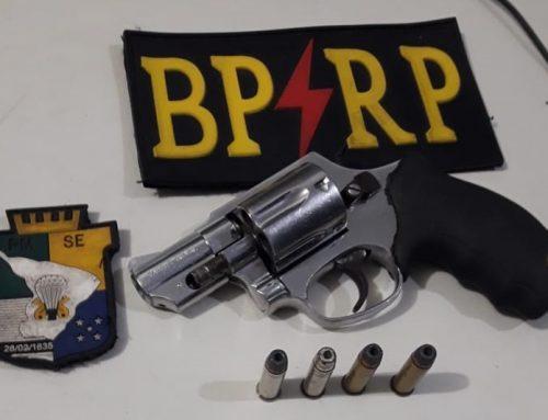 Policiais militares da Radiopatrulha prendem homem com arma de fogo no Conjunto Bugio